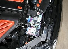 Открытый блок предохранителей и реле под капотом Mazda 3