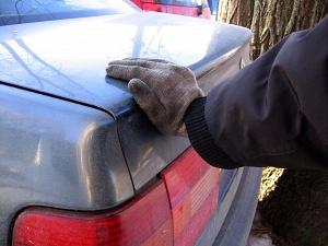 Как правильно толкать машину упираясь руками в багажник