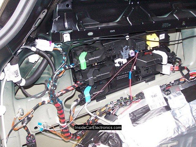 Открытый блок предохранителей и реле опель астра h в багажнике под обшивкой