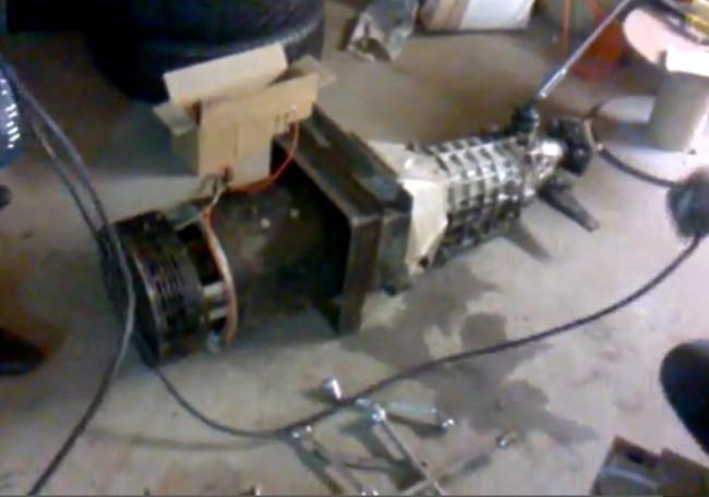 Сваренные двумя угловыми рамками диски сцепления коробки передач ВАЗ и электродвигателя