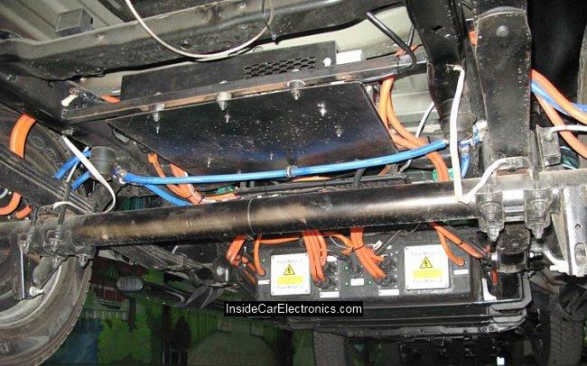 Литий-ионные батареи емкостью 40 кВт/ч и мощностью 138 кВт и блок управления электродвигателями под днищем Ford F-150 с электроприводом