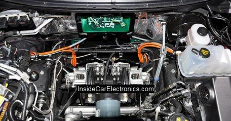 Бортовой компьютер суппорта и дисковые тормоза на осях передних колес под капотом Ford F-150 с электроприводом