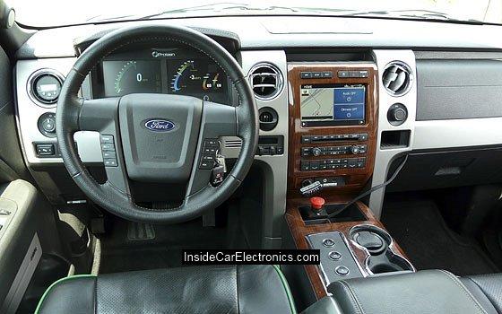 Интерьер внедорожника Ford F-150 с электроприводом ЖК дисплеи бортового компьютера на приборной панели