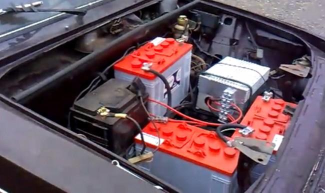 Электромобиль ВАЗ-2106 подкапотное пространство - преобразователь, штатная аккумуляторная батарея, электродвигатель и тяговые батареи