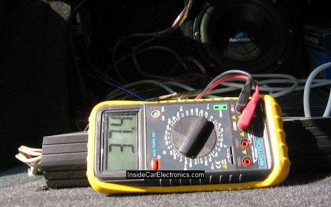 Напряжение на выходе усилителя на холостом ходу (без нагрузки) при полной громкости с синусоидальным сигналом на входу