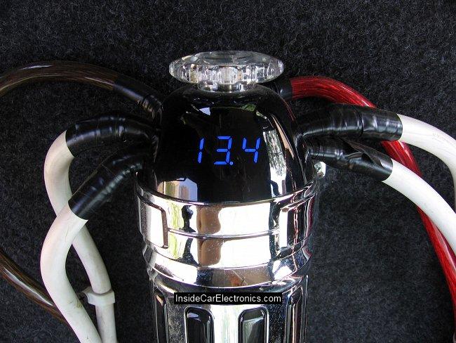 Напряжение бортовой сети автомобиля 13,4 Вольта на конденсаторе питания усилителя