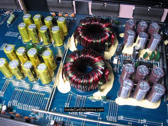 Тороидальный трансформаторы и конденсаторы блока питания внутри усилителя Power Acoustik LT1920/2