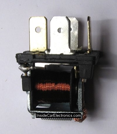 Электрическое реле ВАЗ на 30 Ампер изнутри. Катушка индуктивности и соединитильные контакты
