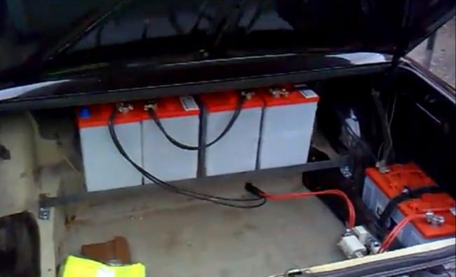 свинцово-кислотные аккумуляторы в багажнике Ваза на электротяге. Предохранитель и реле для отключения контура