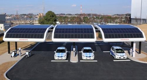 Крыша запровочной станции для электромобилей Honda  из солнечных батарей прикрепленных под разными углами, что бы словить солнечные лучи при любом положении солнца относительно горизонта