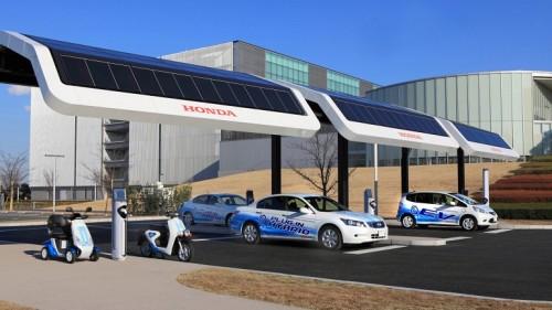 Подзаярядка EV-neo электро-скутеров, Monpal ML200 4-wheel electric carts ,а также электромобилей и гибридных авто компании Honda на заправке с солнечными батареями